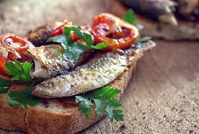 Tomaten-Bruschetta mit Sardinen