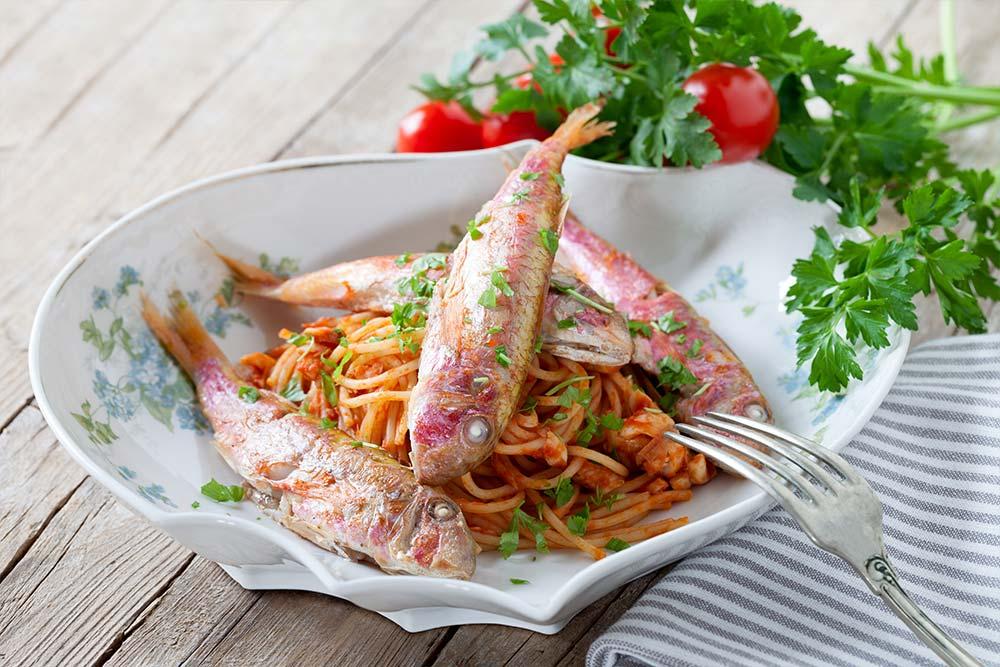 Rote Meerbarben serviert auf Spaghetti