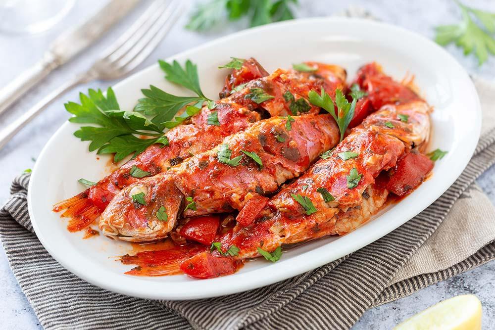 Rote Meerbarben mit Tomaten und Petersilie