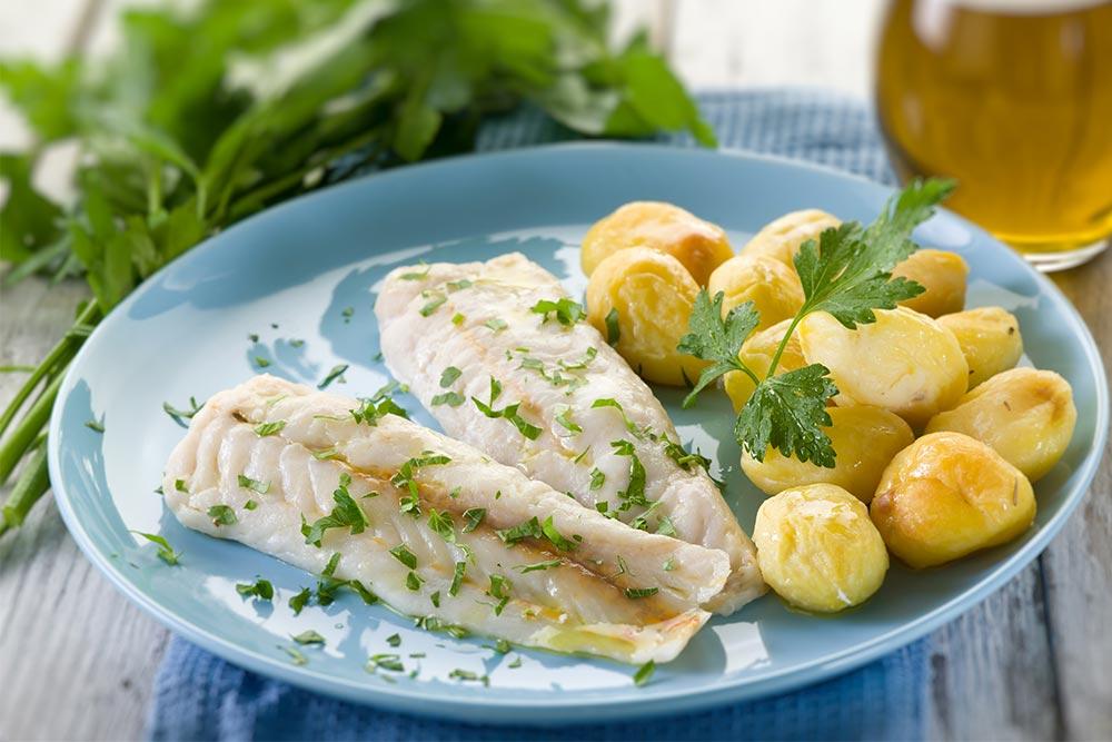 Seelachs nach Hausfrauenart mit Kartoffeln und Joghurtsoße