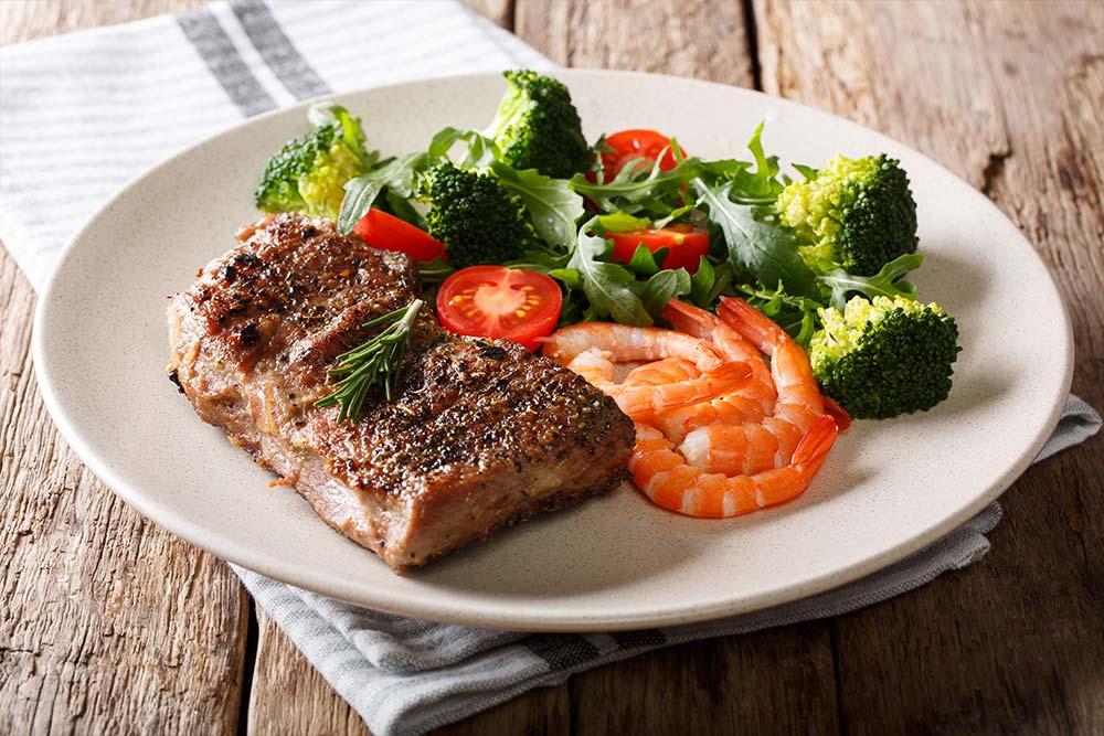 Gegrilltes Steak mit Garnelen, Fenchel und Orangen