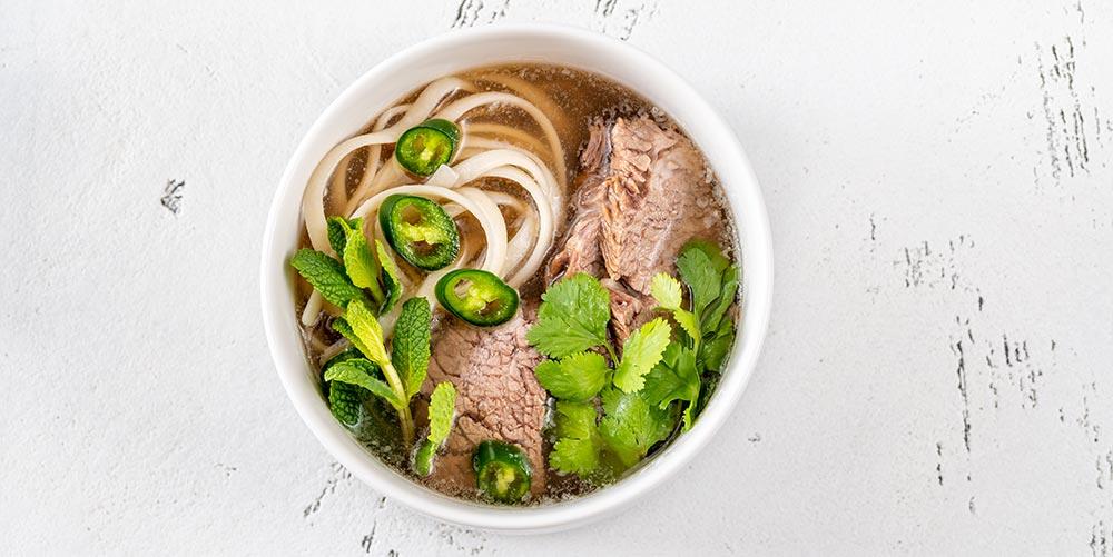 Vietnamesische Pho Suppe mit knuspriger Ente