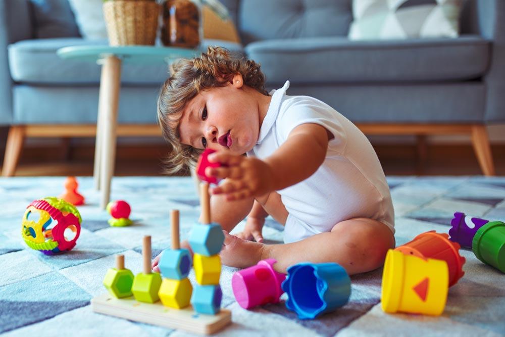 Kleinking konzentriert beim spielen